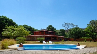 On a vast wooded land, spacious home for sale in the north-west of Costa Rica with an excellent layout for a B&B project...
